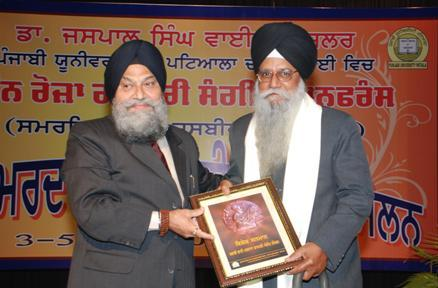 Dr. Jagir Singh being felicitated by Dr Jaspal Singh, Vice Chancellor, Punjabi University, Patiala