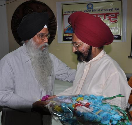 Dr. Jagir Singh Ji felicitating Flutist Ravinder Singh